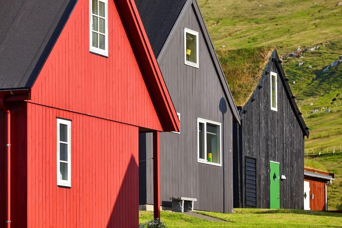 casa de madeira pintada em cores foscas