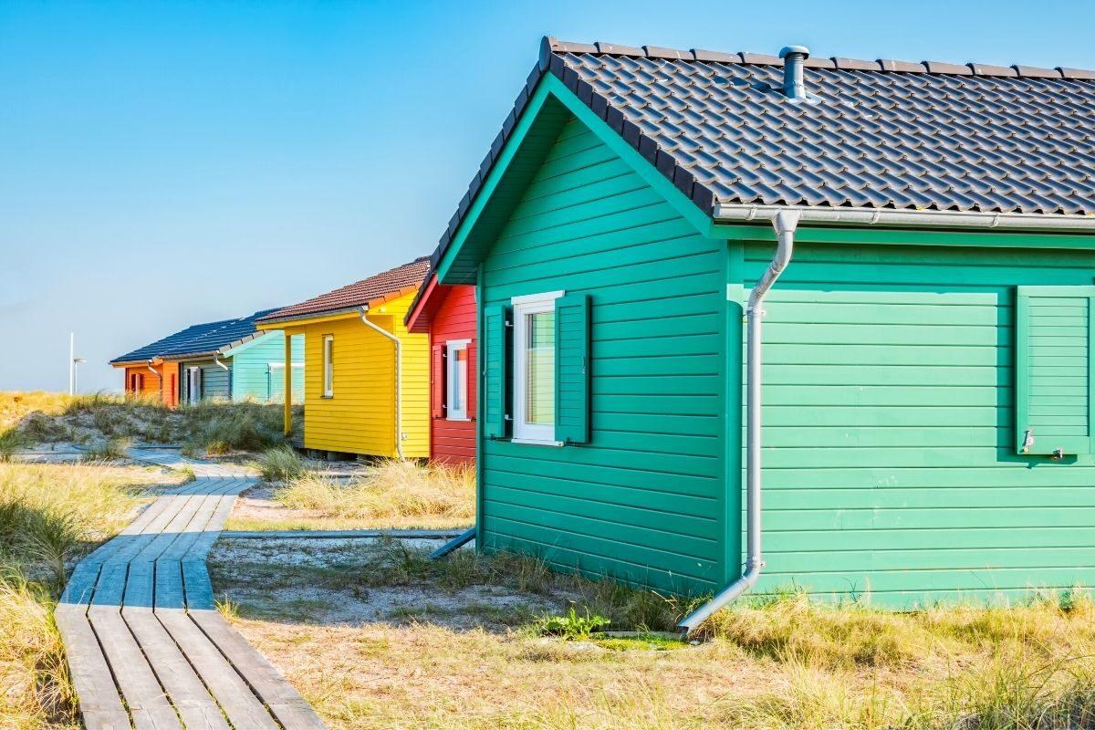 casa de madeira pintada em cores primárias
