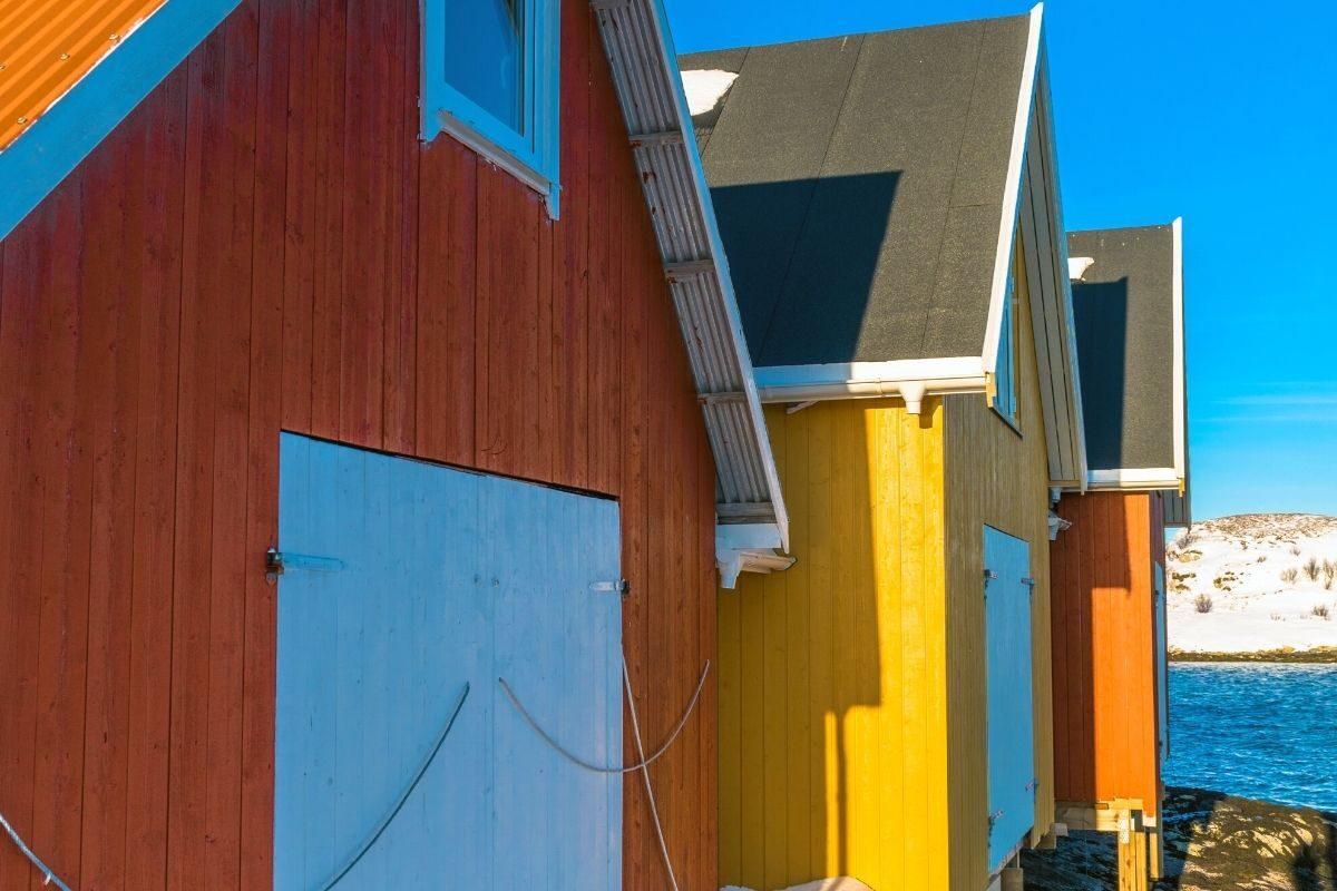 casa de madeira pintada em cores vivas