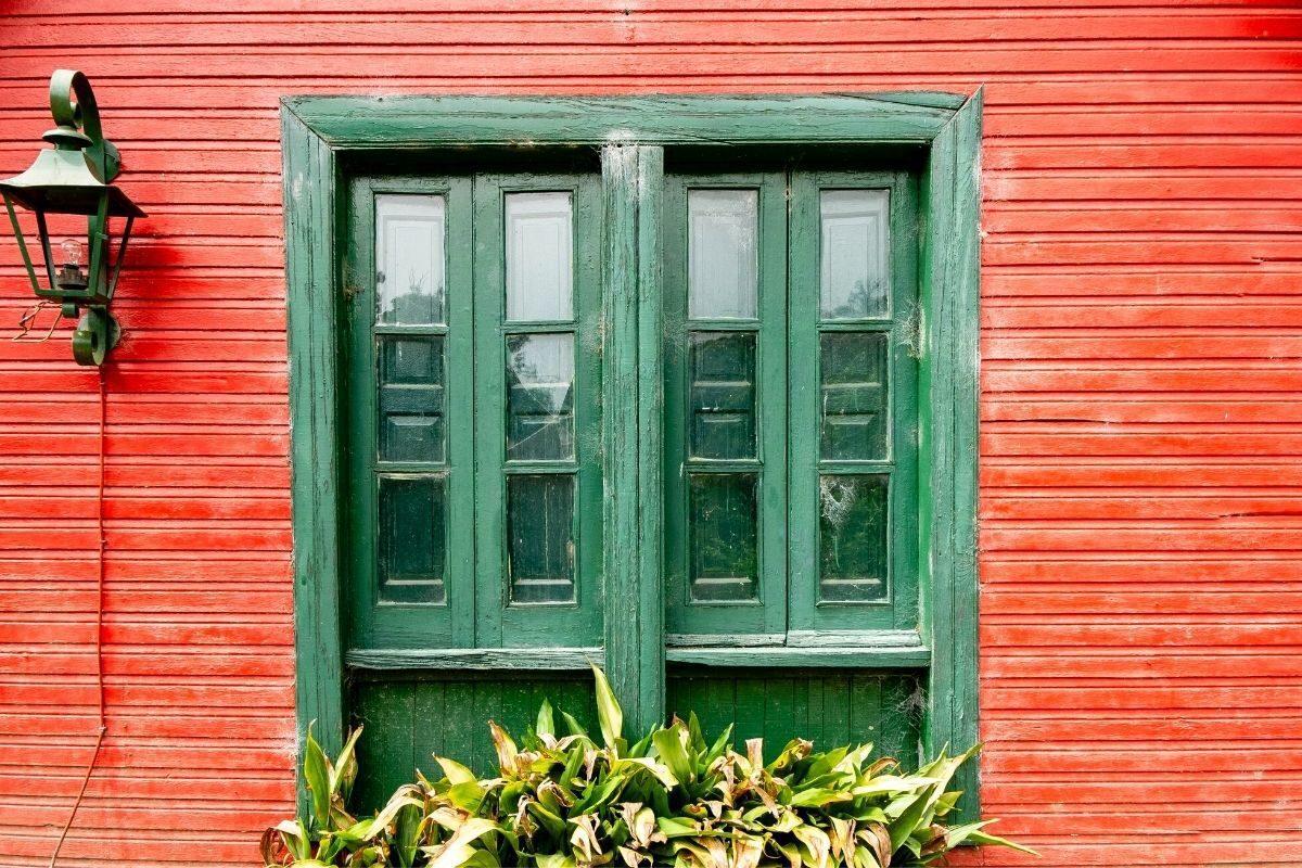 casa de madeira pintada em tom de madeira