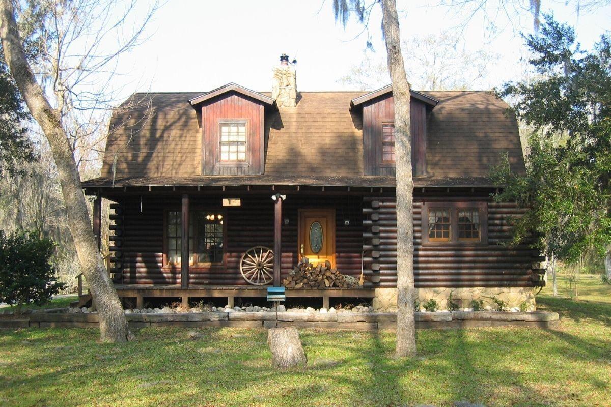 casa de toras no estilo achatado