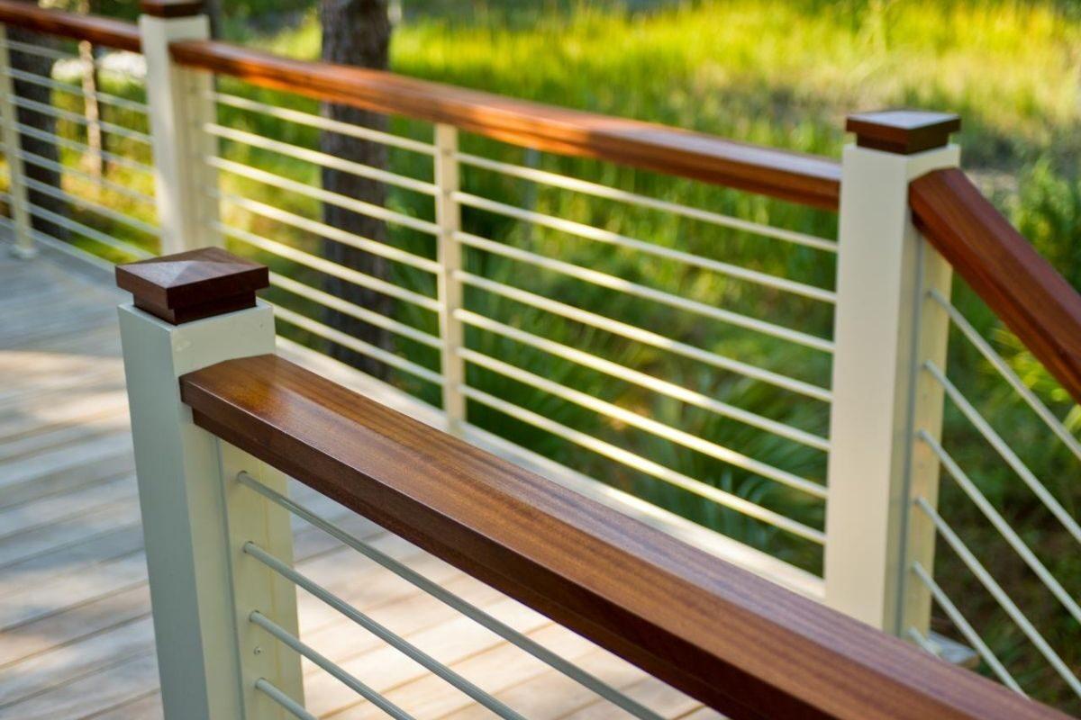guarda-corpo de madeira e ferro deck