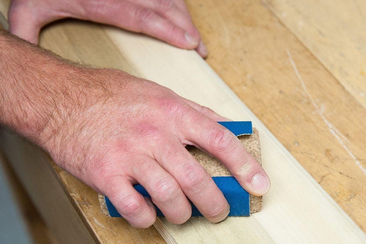 lixamento da madeira para aplicação do verniz