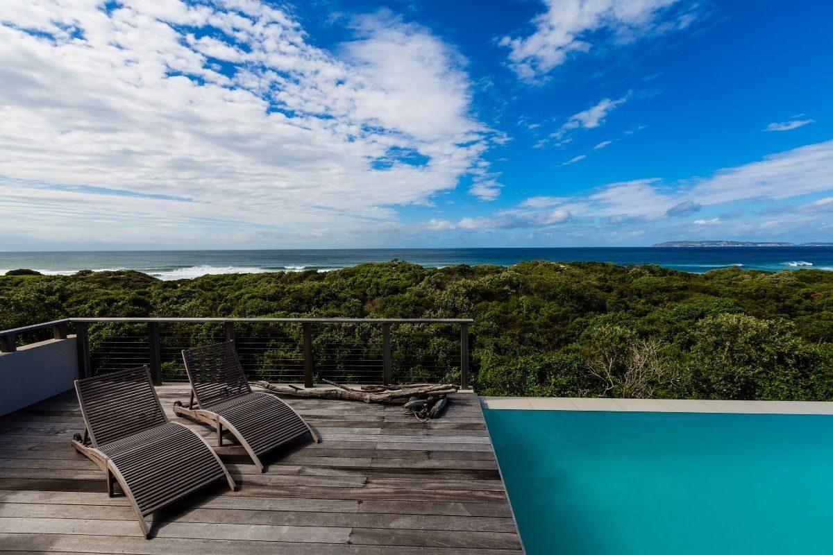13 deck de madeira rústica com piscina infinita