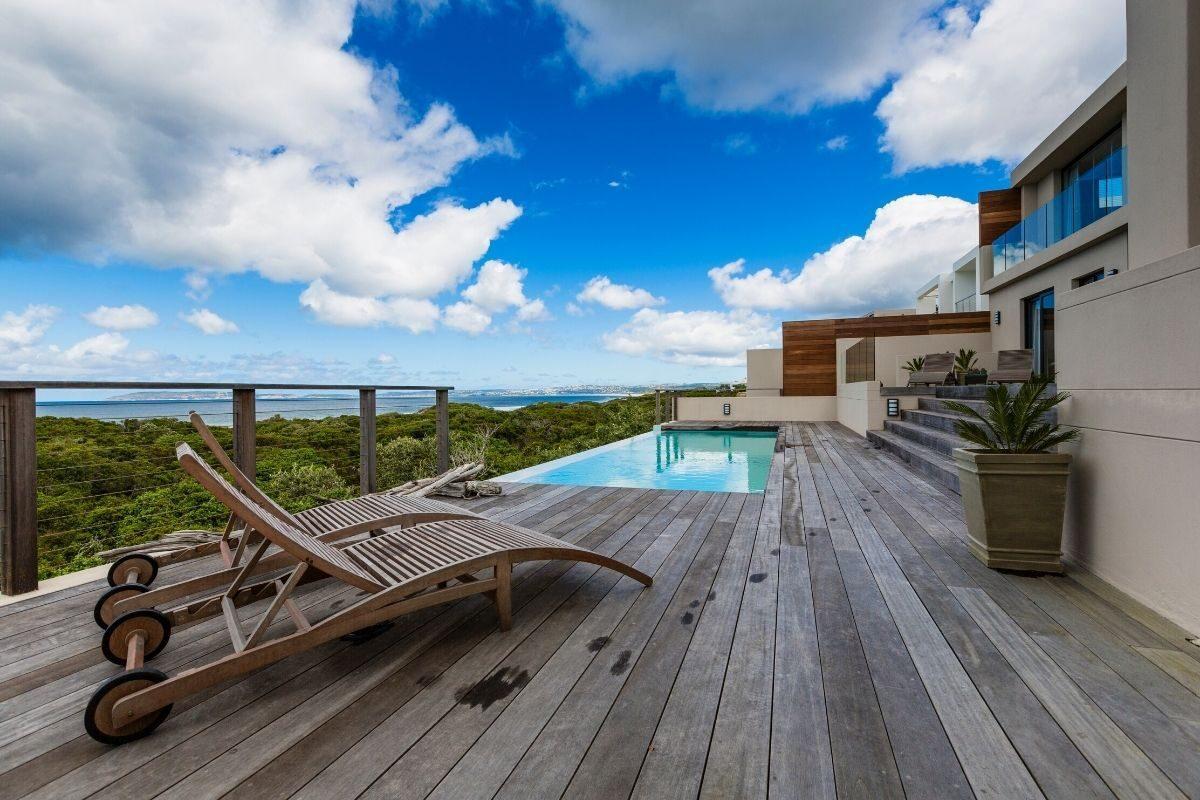 2 Deck de piscina com madeira rústica