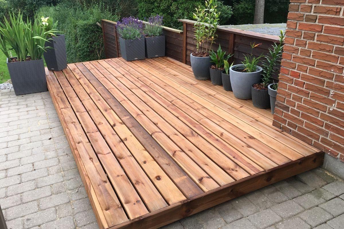 24 deck de madeira elevado sobre o piso