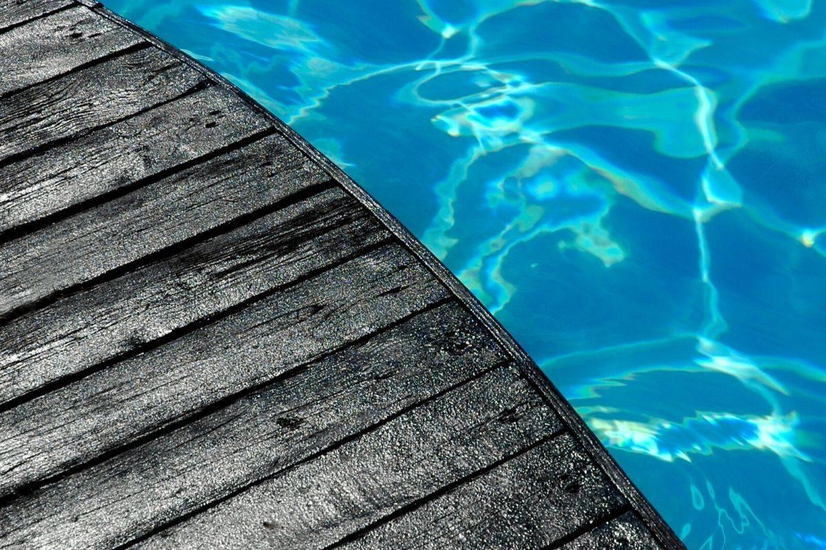 3 Deck de piscina com madeira pintada