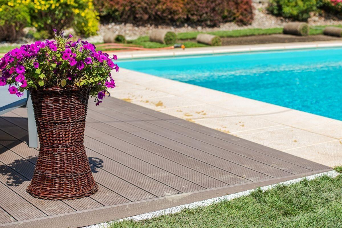 8 deck de madeira plástica combinado com pedras naturais