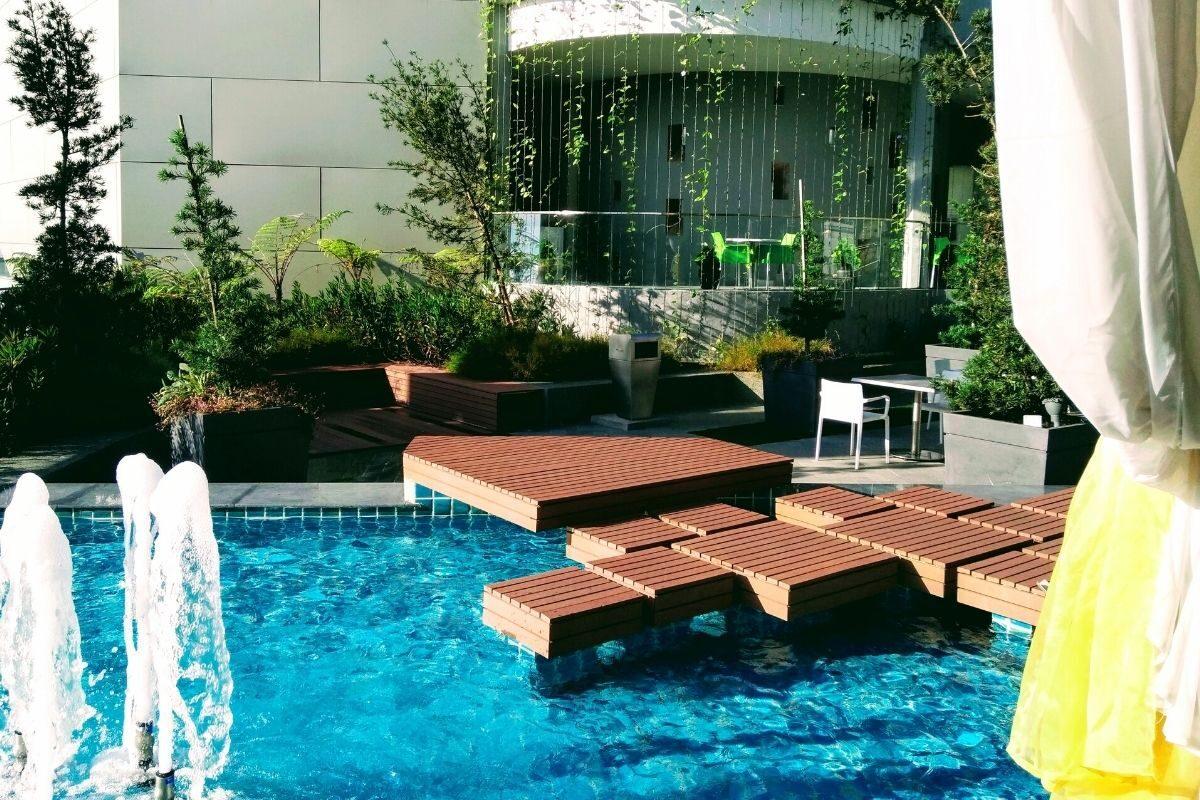9 deck de madeira modular estendido para dentro da piscina