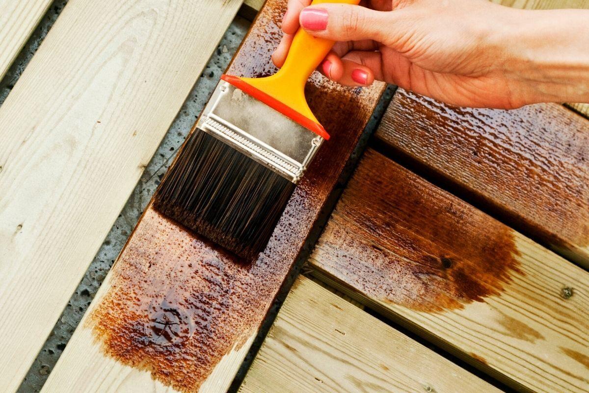 Aplicação de verniz no deck de madeira
