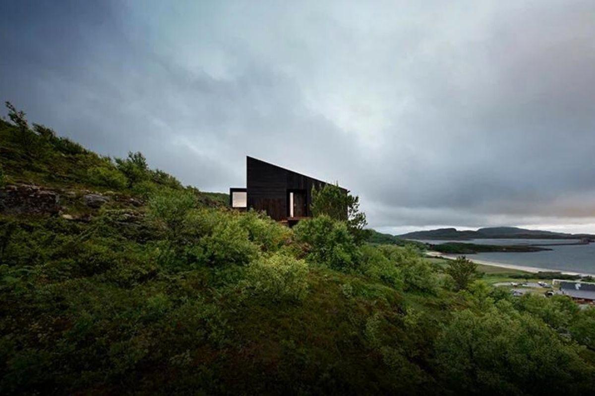 cabana de madeira na colina foto 3
