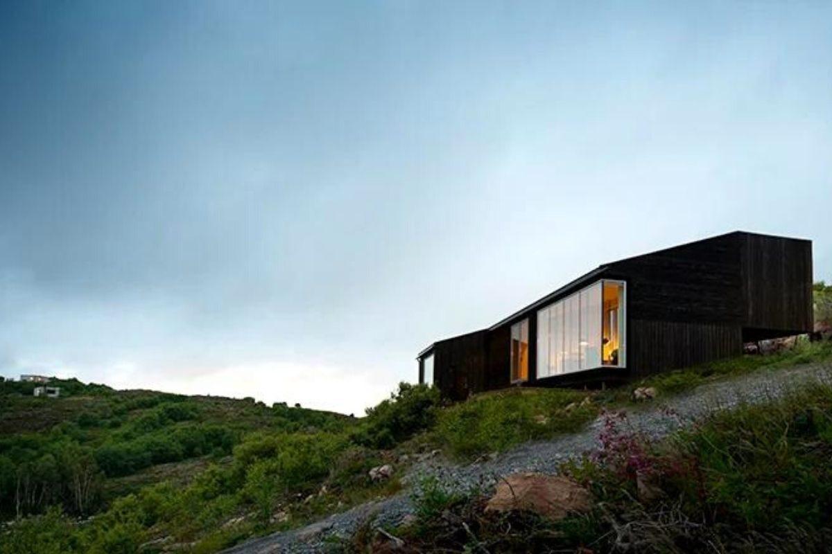 cabana de madeira na colina foto 4