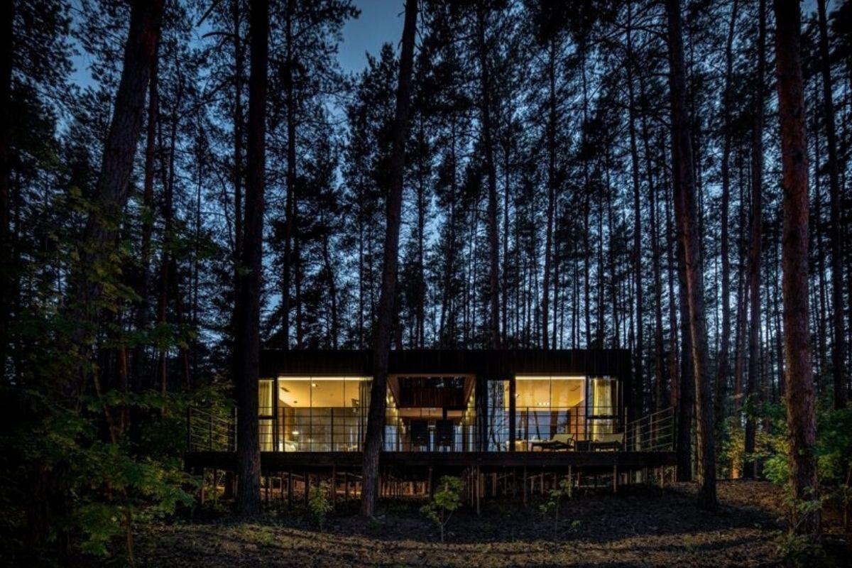 casa de madeira na floresta foto 2