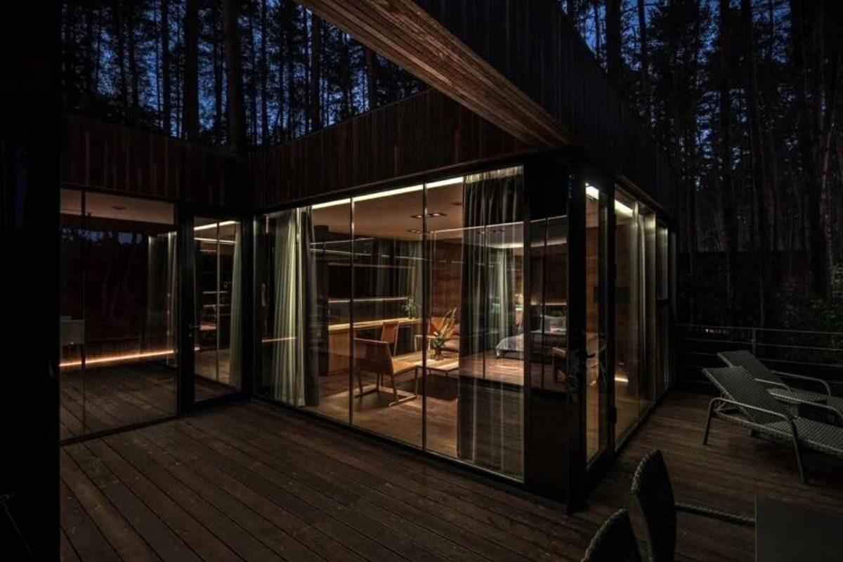 casa de madeira na floresta foto 3