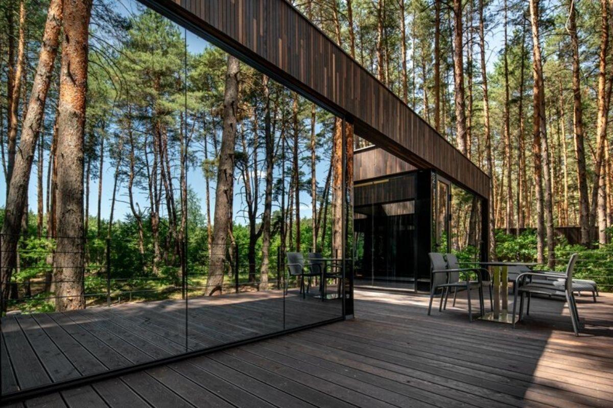 casa de madeira na floresta foto 6