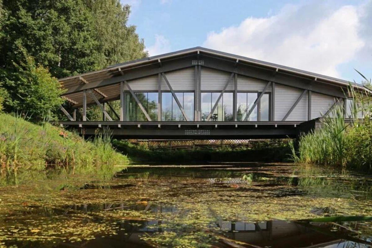 casa de madeira sobre ponte foto 1