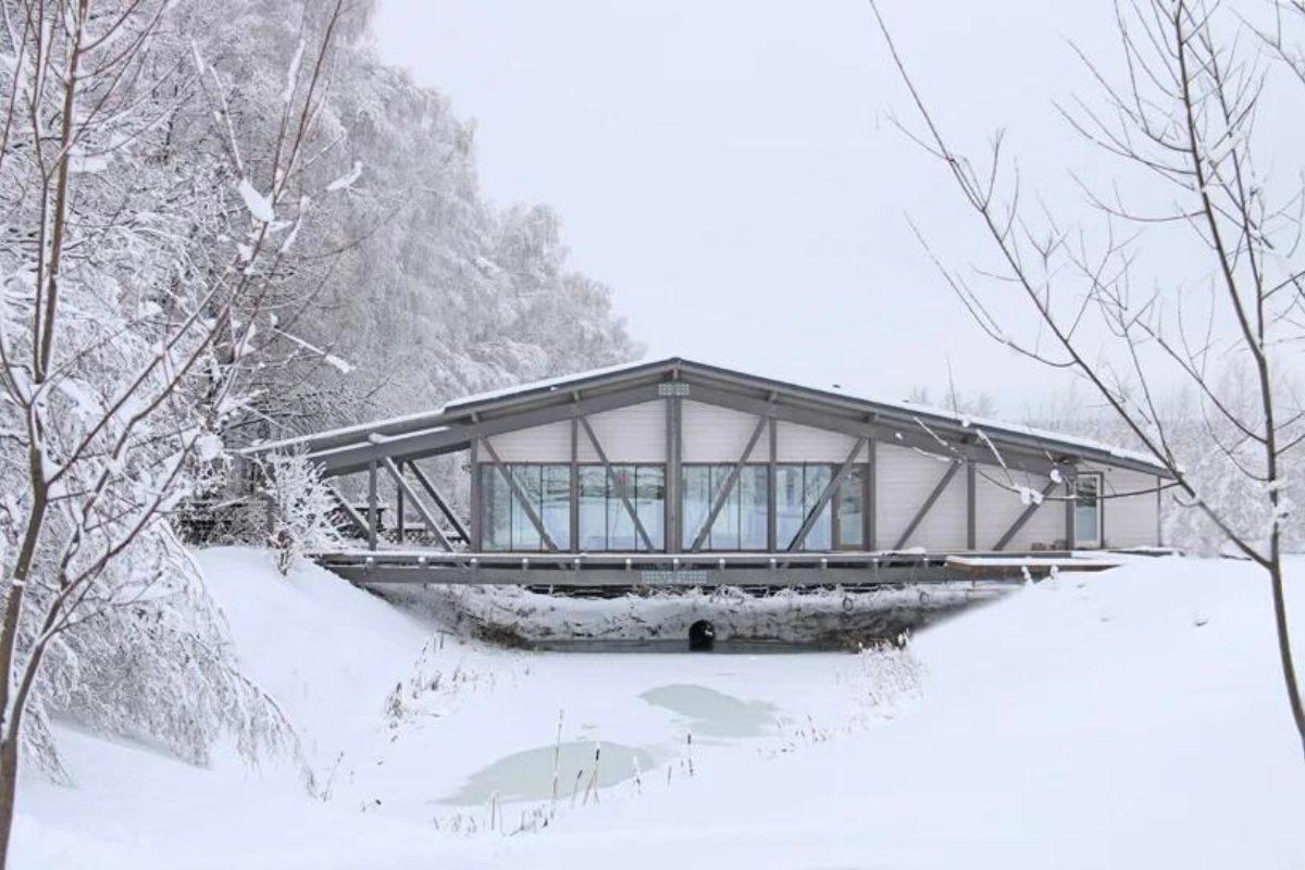 casa de madeira sobre ponte foto 6