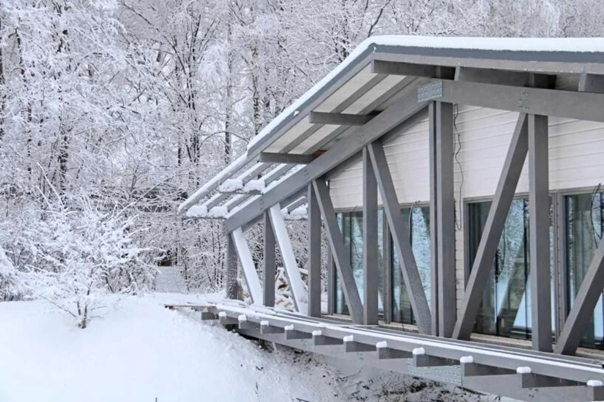 casa de madeira sobre ponte foto 8