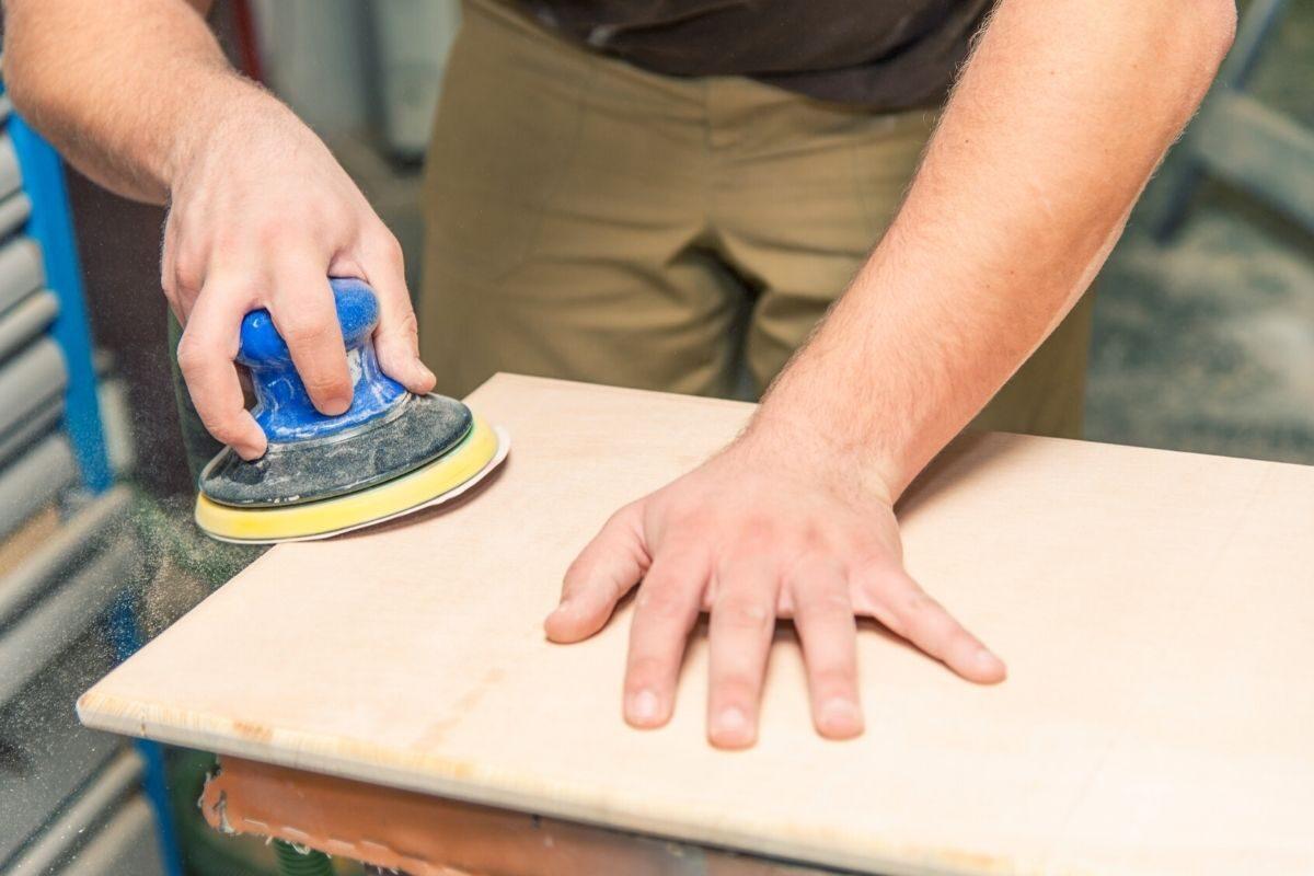como envernizar madeira nova - passo 2 - lixar a madeira