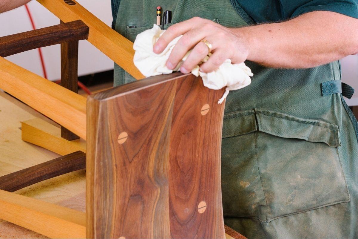 como envernizar madeira nova - passo 3 - limpar a madeira