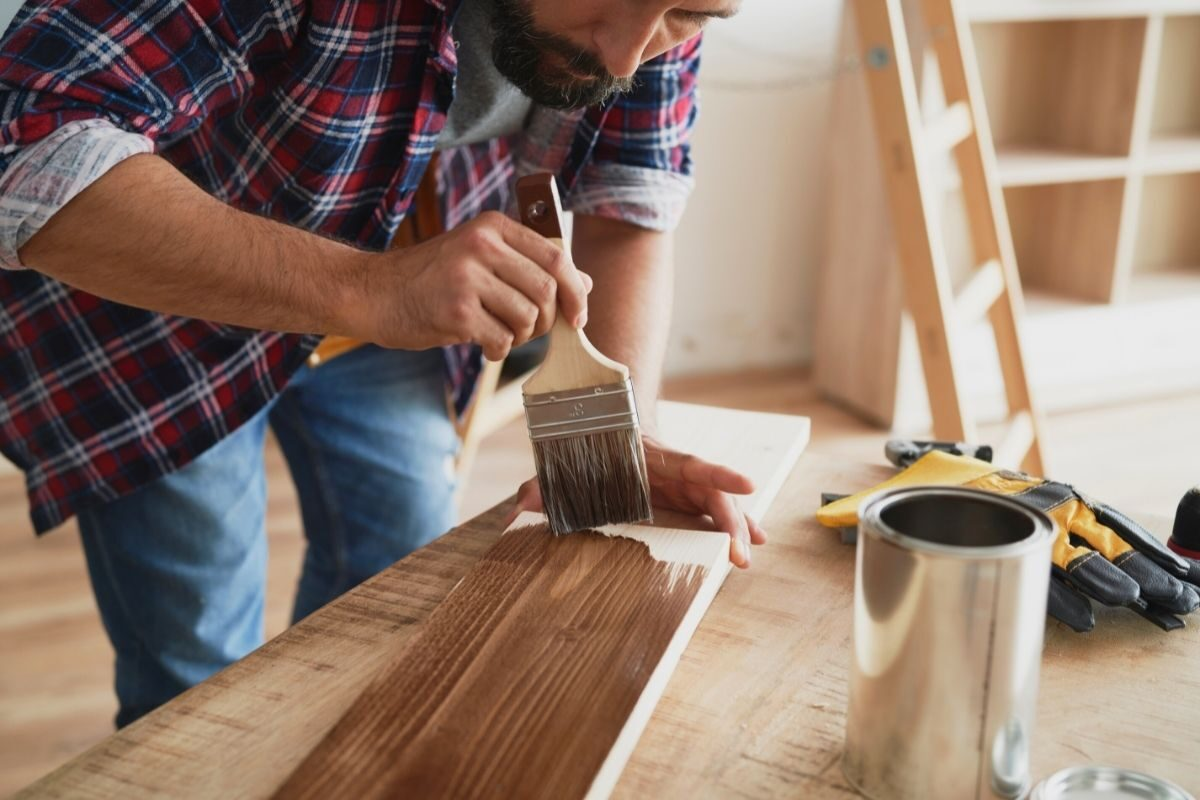 como envernizar madeira nova - passo 4 - aplicar o verniz