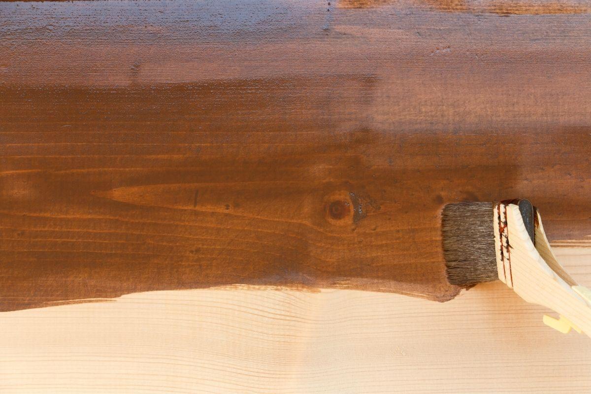 como envernizar madeira usada - passo 4 - aplicar o verniz