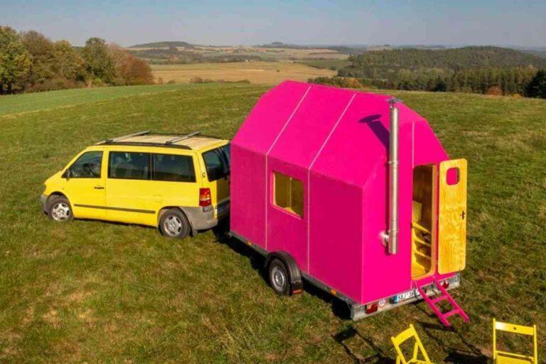 Esta mini casa de madeira rosa choque foi feita para chamar atenção