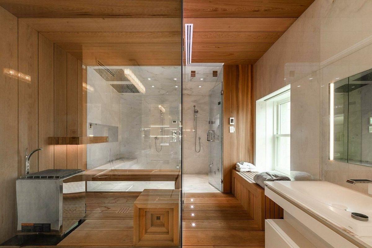 Banheiro com parede de madeira
