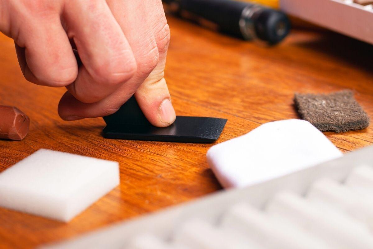 Como evitar riscos no carpete de madeira_