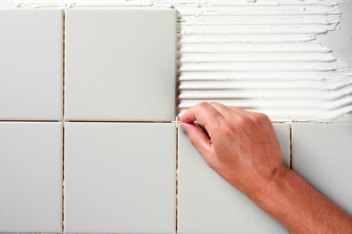 É possível colocar azulejos e revestimentos em paredes de gesso_drywall_