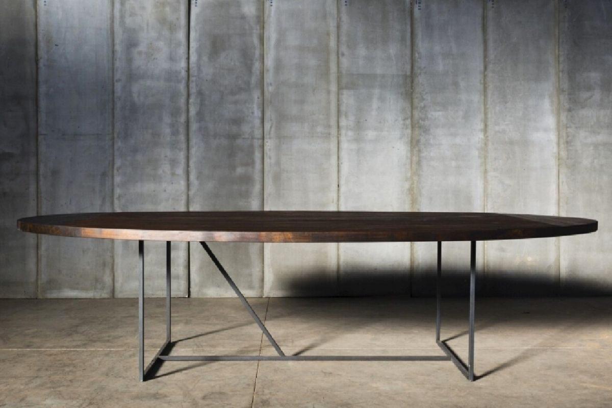 Mesa de madeira rústica com tampo oval