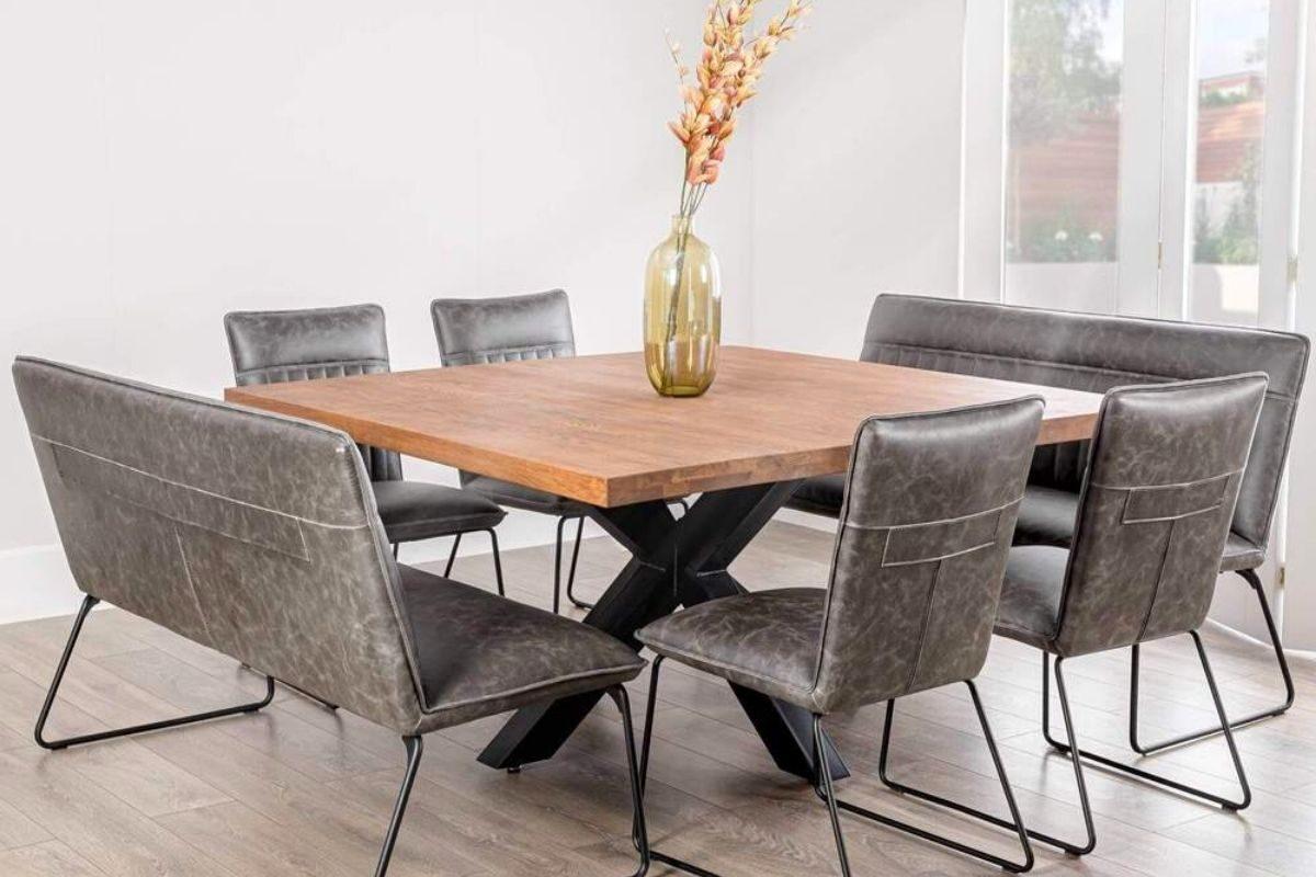 Mesa de madeira rústica com tampo quadrado