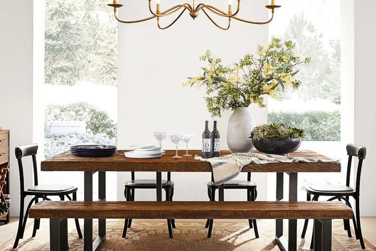 Mesa de madeira rústica com tampo retangular