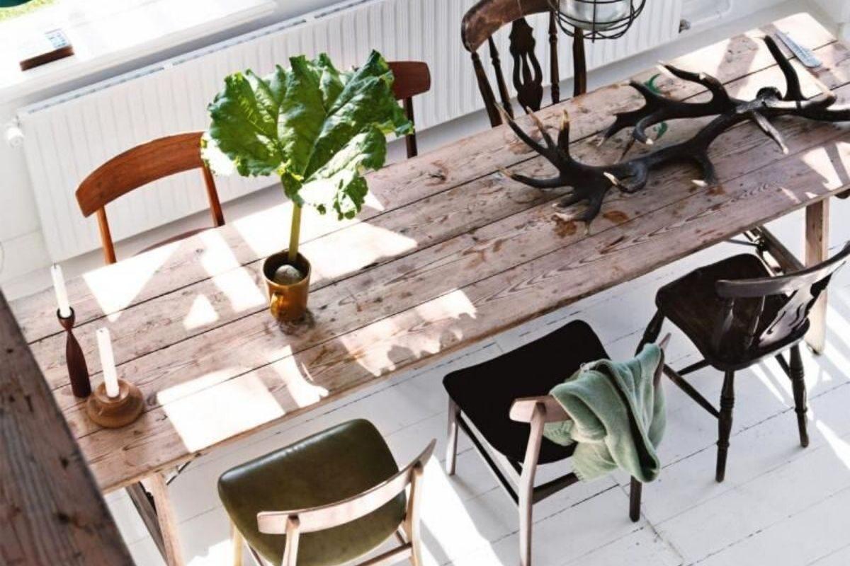 Mesas de madeira rústica com diferentes combinações de cadeiras 1
