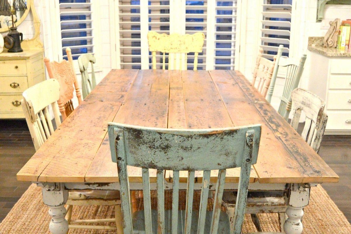 Mesas de madeira rústica com diferentes combinações de cadeiras 2