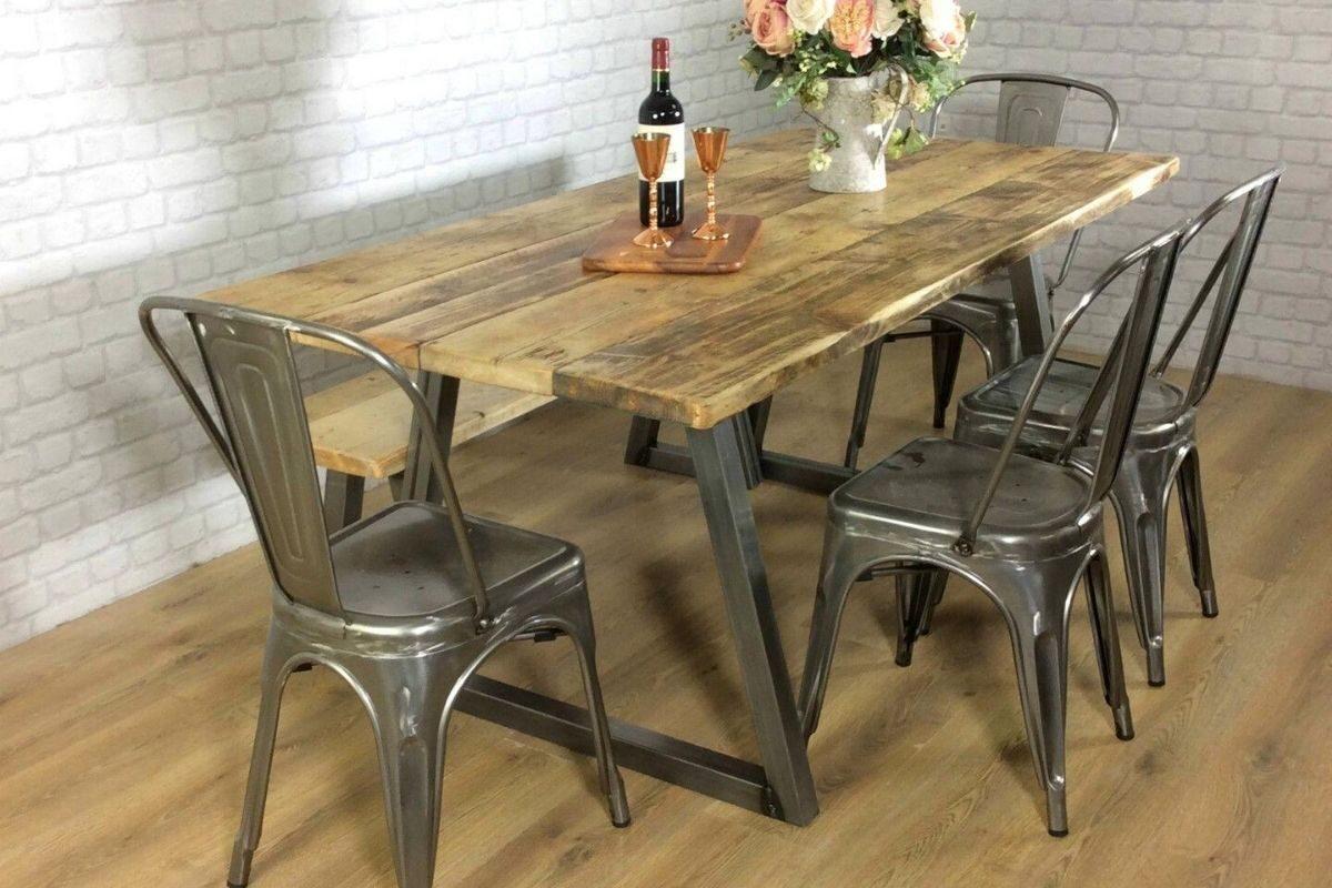 Mesas de madeira rústica com diferentes combinações de cadeiras 3