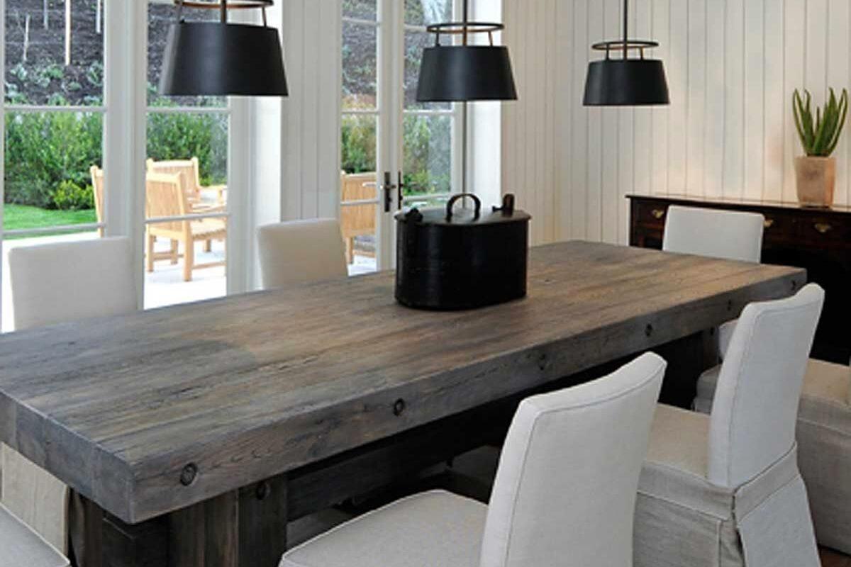 Mesas de madeira rústicas em ambientes contemporâneos