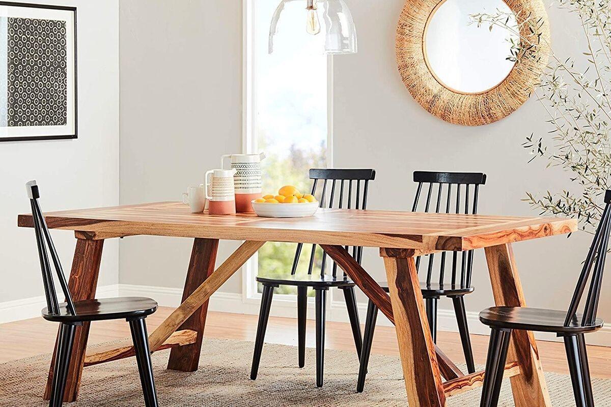 Mesas de madeira rústicas em ambientes minimalistas