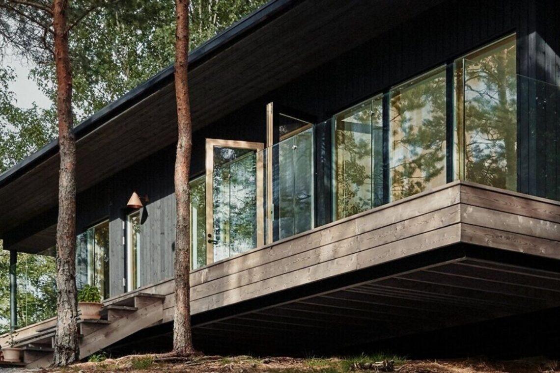 casa de madeira cercada de janelas foto 1