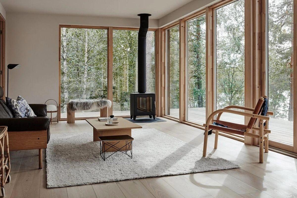 casa de madeira cercada de janelas foto 10