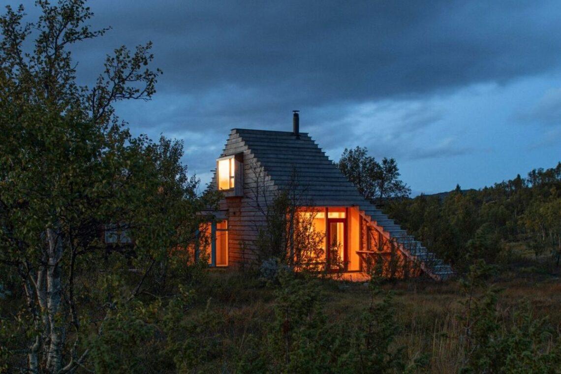 casa de madeira com telhado multifuncional foto 1