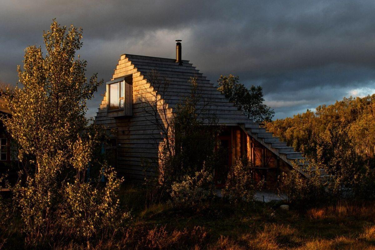 casa de madeira com telhado multifuncional foto 7