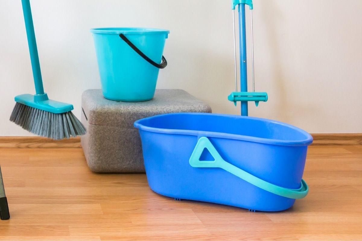 faça uma solução de água morna e sabão neutro