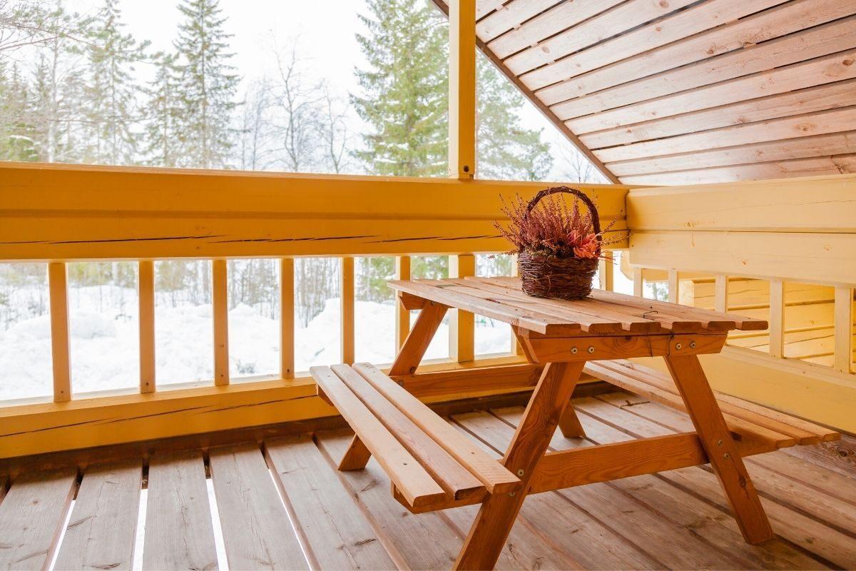 1. Bancos e mesas de madeira