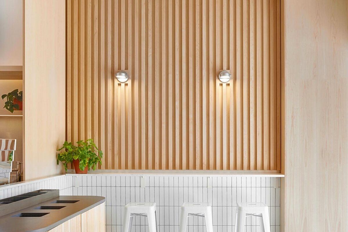 Cozinha com painel ripado de madeira