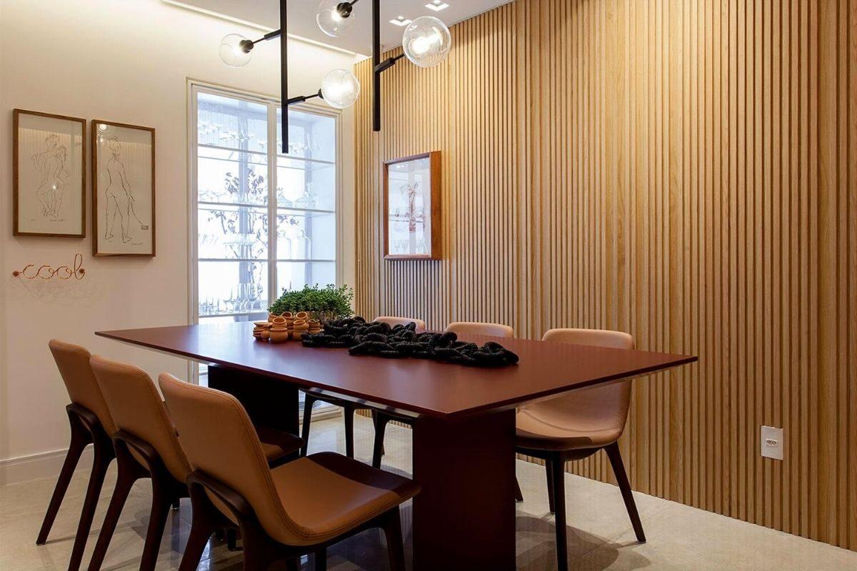 Sala de jantar com painel ripado de madeira