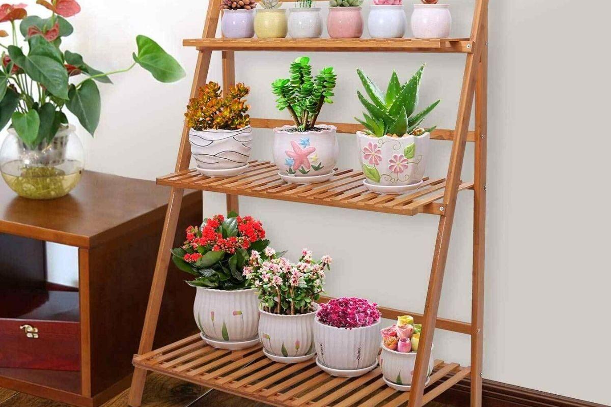 Suporte de madeira para planta em formato de escada