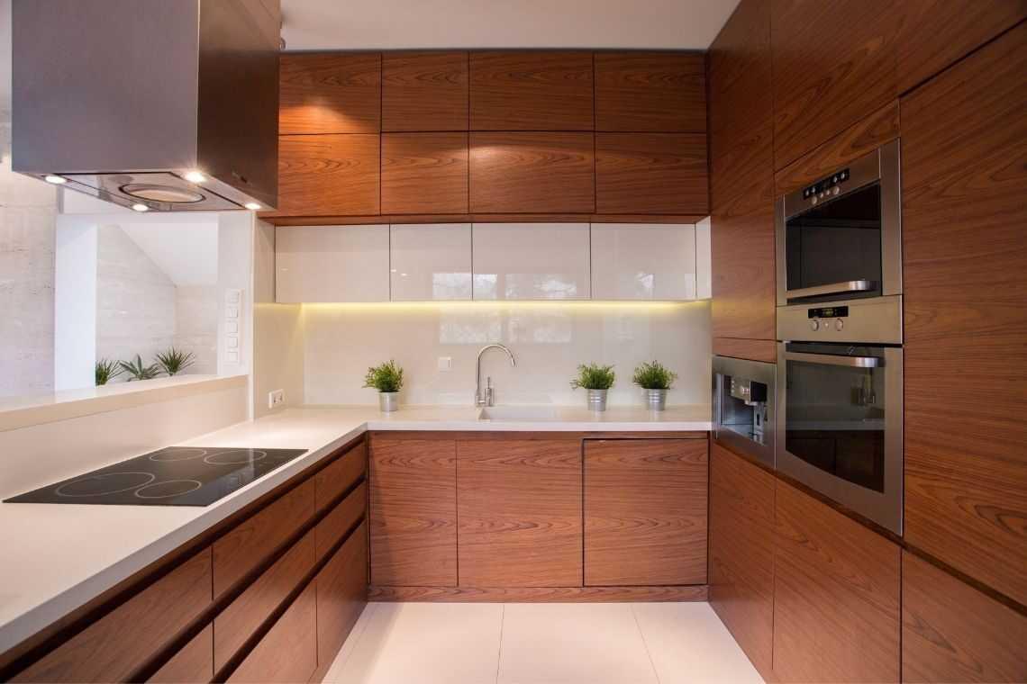 Aposte em armários sob medida e equipamentos embutidos na cozinha americana