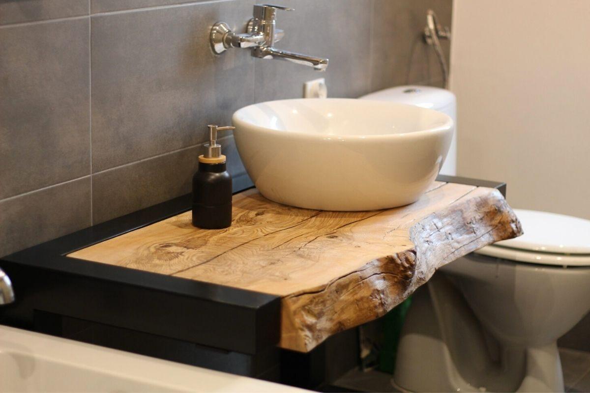 Bancada de madeira no banheiro de madeira 1