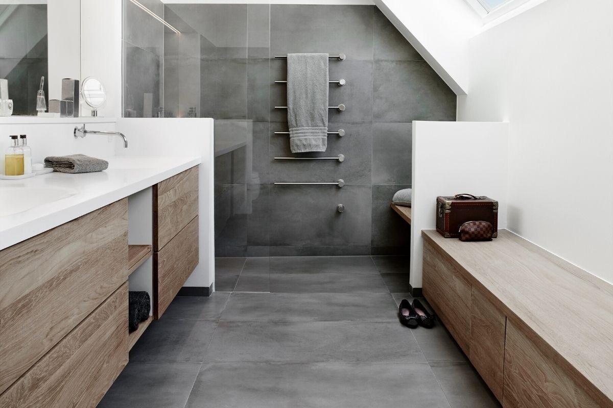 Banheiro de madeira com cinza